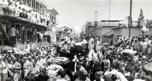 Funerales de Anastasio Somoza García. La gente trataba de tomar puntos ventajosos para ver pasar el féretro, ya fueran estos aceras, azoteas, camiones, árboles, entre otros puntos. LA PRENSA/ CORTESÍA/ IHNCA