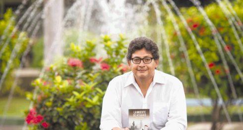 El escritor Arquímedes González celebra la publicación de la cuarta edición de su novela La muerte de Acuario. LAPRENSA/JADER FLORES