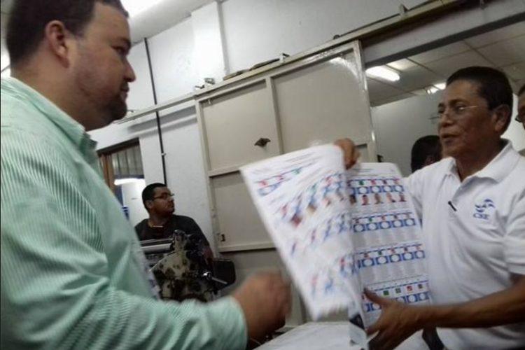 Julio Acuña, director de Atención a Partidos Políticos del CSE, muestra las boletas electorales de las votaciones nacionales pasadas.