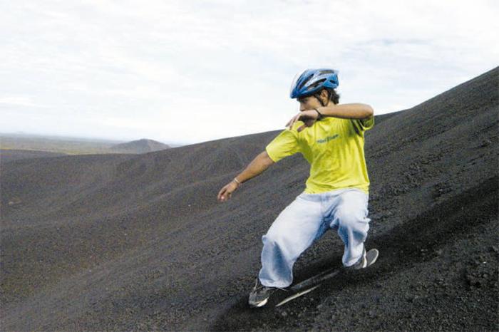 Una de las atracciones de escalar el volcán Cerro Negro es descenderlo en tablas. LAPRENSA/ ARCHIVO