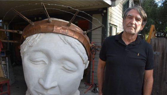 El escultor y pintor Mark Strickland, ha trabajado esculturasque representan la cabeza de la Estatua de la Libertad, a un anciano encorvado y una joven desnuda. LA PRENSA/EEUU. EFE/Iván Mejía