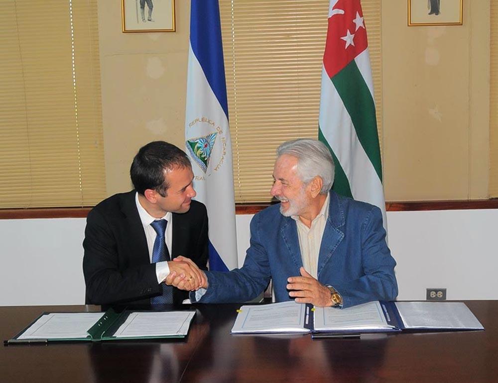 Canciller de Nicaragua, Samuel Santos López junto a Maxim Gbindzhia, Viceministro de Relaciones Exteriores de Abjasia, un comunicado estableciendo relaciones diplom·ticas entre ambos paises. CORTESÍA/LA PRENSA