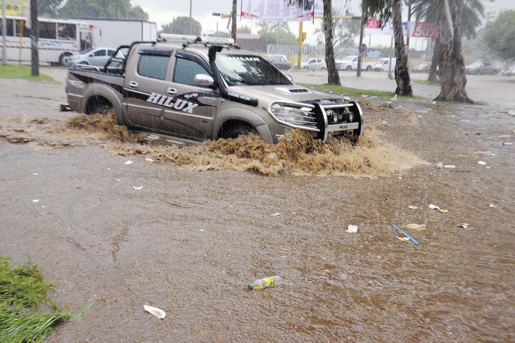 La lluvia desbordó varios cauces este jueves y viernes. LA PRENSA/Manuel Esquivel