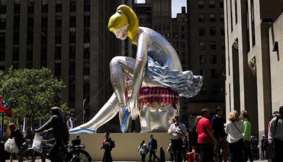 Vista de la escultura del artista Jeff Koons titulada Bailarina sentada, de 45 metros de altura situada en el centro Rockefeller de Nueva York. LA PRENSA/EFE/Justin Lane