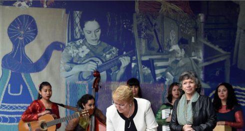 La hija de Violeta Parra, Isabel Parra (i), y la presidenta de Chile, Michelle Bachelet (c), durante un evento en Santiago de Chile (Chile). LA PRENSA/ EFE/Ximena Navarro/Cortesía Presidencia de Chile
