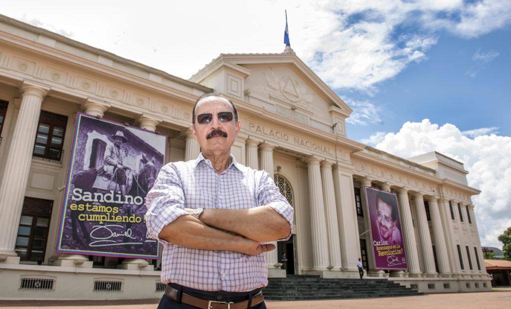 Hugo Torres Jiménez posa frente al Palacio Nacional en 2017. Hace 39 años, en agosto de 1978, él y 24 guerrilleros sandinistas lo asaltaron y obligaron a Anastasio Somoza Debayle a ceder ante sus peticiones. LA PRENSA/ÓSCAR NAVARRETE