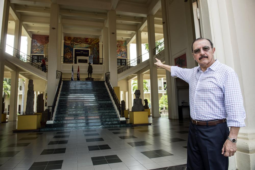 El general Hugo Torres señala el salón donde estaba el Congreso de diputados de Nicaragua cuando ellos tomaron el Palacio Nacional. LA PRENSA / ÓSCAR NAVARRETE.