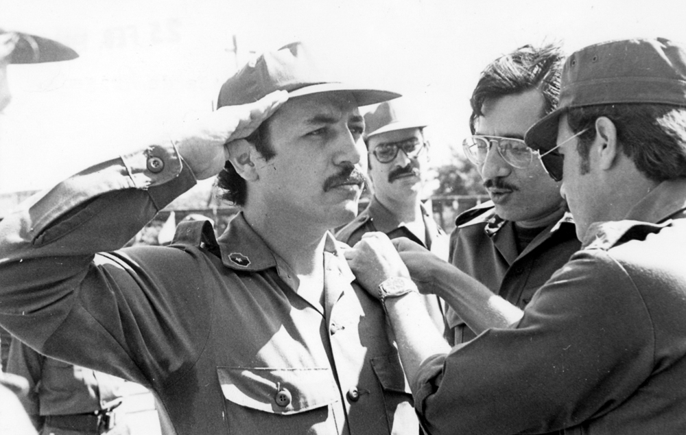 Hugo Torres ascendido a comandante de brigada en los años 80. A su lado, Humberto Ortega Saavedra. LA PRENSA / Archivo.