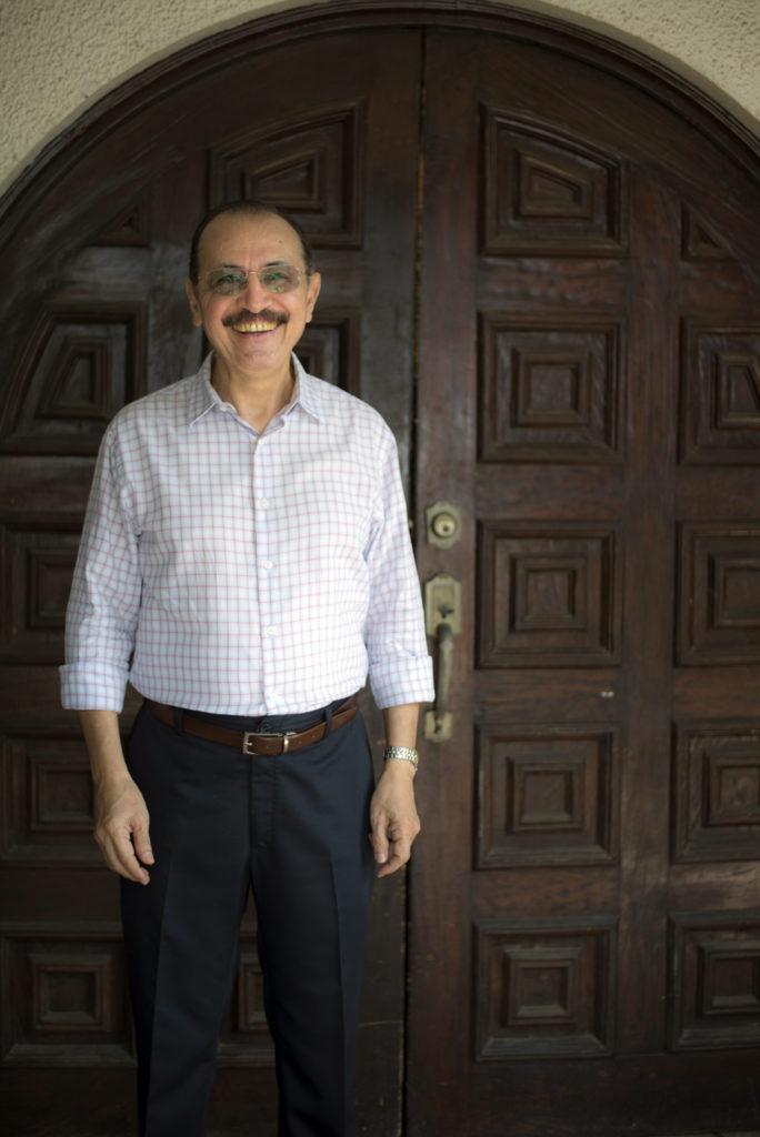 El general Hugo Torres junto a la puerta de la antigua casa de Chema Castillo. La entrada es la misma que en diciembre de 1974. LA PRENSA / Óscar Navarrete