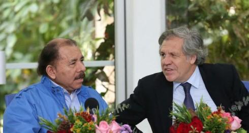 El secretario general de la OEA, Luis Almagro, y el presidente designado por el poder electoral, Daniel Ortega.