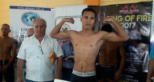Alexander Espinoza cumplió con su compromiso en el pesaje oficial, a diferencia de su oponente Dixon Flores, quien no se presentó. LA PRENSA/GERMAN GARCÍA