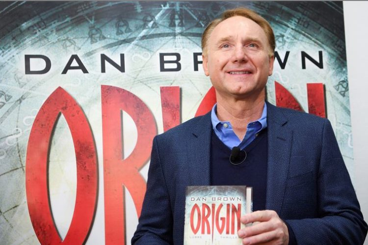 El escritor estadounidense Dan Brown presentó su novela Origen, que forma parte del quinto volumen de la saga El código Da Vinci. LA PRENSA/Arne DedeRT/DPA VIA AP