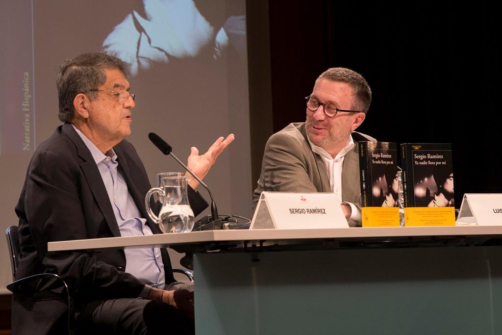 Sergio Ramírez conversa con el escritor Luisgé Martín sobre su novela Ya nadie llora por mí, en el Salón de Actos del Instituto Cervantes. LA PRENSA /Cortesía/Daniel Mordzinski
