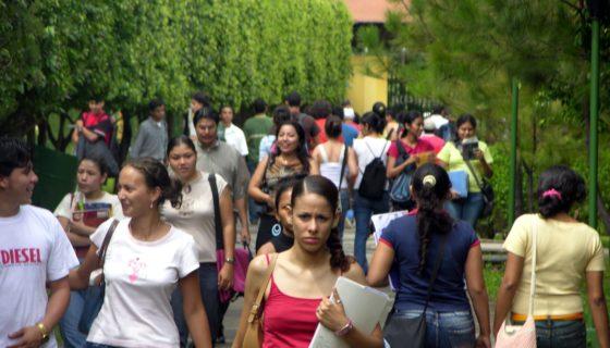 Solo 42 estudiantes de 100 que ingresan a las universidades logran concluir la carrera, dice la Funides. LA PRENSA/ ARCHIVO