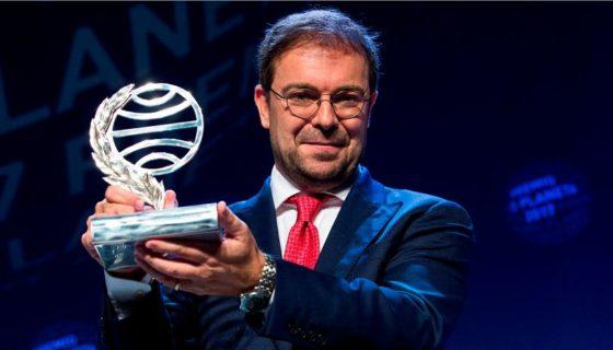 El ganador del Premio Planeta, Javier Sierra, por la novela El fuego invisible. LA PRENSA/AFP / PAU BARRENA