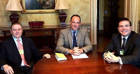 El empresario Roberto Argüello, Landon Loomis, asesor del Vicepresidente de Estados Unidos Mike Pence y el cabildeador Arturo Estopiñán, reunidos en Washington. LA PRENSA/CORTESÍA