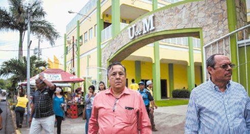 El diputado Mario Valle citó el sábado a una reunión a los estudiantes de Periodismo de su universidad para decirles que estaban siendo atacados y para defender los fondos públicos recibidos por su universidad privada. LA PRENSA/CARLOS VALLE
