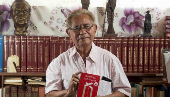 El escritor Francisco Arellano Oviedo, anuncia la presentación del título conmemorativo Borges esencial. LAPRENSA/JADER FLORES