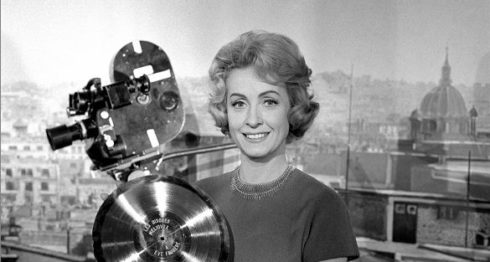 Danielle Darrieux posa con un disco de oro en los estudios Saint-Maurice, en las afueras de París, en 1959. LAPRENSA/ AFP