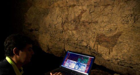 Uno de los principales impulsores de la técnica de teledetección espectral, Vicente Bayirri, con un ordenador en el interior de la cueva de El Pendo en Cantabria. LAPRENSA/EFE/ Pedro Puente Hoyos