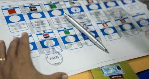 Boleta electoral de las votaciones municipales, con la bandera de cada partido.