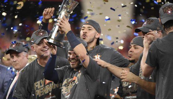 El venezolano José Altuve (con el trofeo) ha sido pieza clave en el estilo de juego de los Astros de Houston. LA PRENSA/AP/Eric Christian Smith