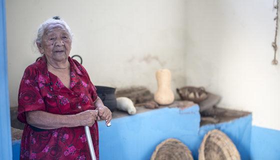 Lorenza Ana Gallegos posa en la cocina de la casa de los Sandino, donde de joven ella le hacía las tortillas a Gregorio Sandino, el padre del guerrillero de Las Segovias. LA PRENSA/ ÓSCAR NAVARRETE