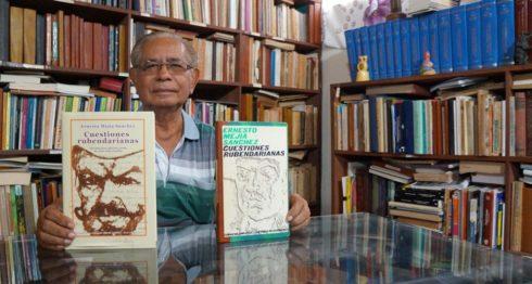 Francisco Arellano Oviedo, valora las dos ediciones del libro Cuestiones rubendarianas de Ernesto Mejía Sánchez. LA PRENSA/Arnulfo Agüero