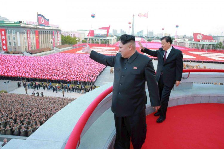 Kim Jong-un se hizo con el poder de Corea del Norte por el fallecimiento de su padre, en 2011. Se convirtió en el dictador a los 27, 28 o 29 años. Es difícil precisarlo, pues las informaciones varían según las inteligencias surcoreanas, inglesas o la versión oficial norcoreana. LA PRENSA / Agencias, a través de la agencia oficialista norcoreana KCNA.
