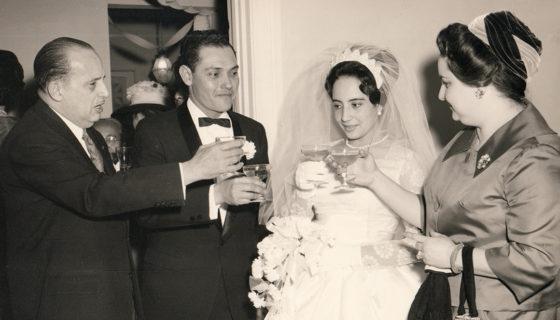 La boda de Eustaquio Martínez con Juana Solís Pérez, ambos en el centro. A la izquierda, el exembajador Guillermo Sevilla Sacasa y a la derecha su esposa Lillian Somoza, ambos ya fallecidos. LA PRENSA/ CORTESÍA