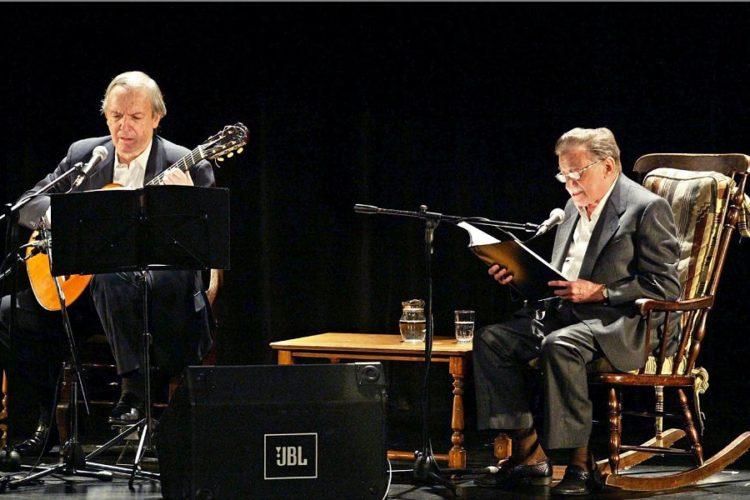 El escritor uruguayo Mario Benedetti junto al cantautor Daniel Vigletti durante un recital de música y poesía En dos voces, en Montevideo. Foto del 17 de diciembre de 2002.LA PRENSA/AFP / Miguel ROJO