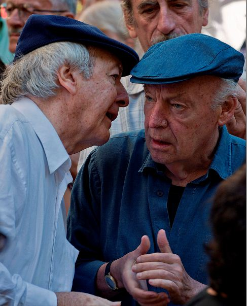 El escritor uruguayo Eduardo Galeano junto al compositor Daniel Viglietti durante una demostración en Montevideo. Foto del5 de febrero de 2013. LA PRENSA/AFP / PABLO PORCIUNCULA