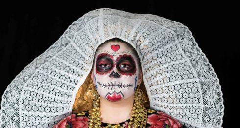 """La estudiante Verónica Magana Montañez posa para una fotografía disfrazada de """"Catrina"""" (representación mexicana de la muerte). LA PRENSA/ AFP / OMAR TORRES"""
