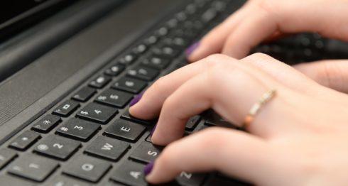 Cada vez son más frecuentes las denuncias en las redes sociales. Sin embargo, pocas continúan el proceso legal.