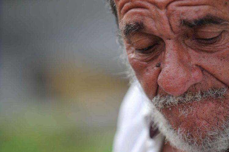 Julio Cabrales, el poeta de las calles, en 2010, en los semáforos del Edificio Armando Guido. LA PRENSA/Oscar Navarrete/Archivo