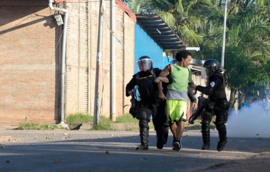 Tropas de la Policía Nacional se enfrentaron el lunes con simpatizantes de Yatama en Bilwi, luego de conocer los resultados electorales. LA PRENSA/MANUEL ESQUIVEL