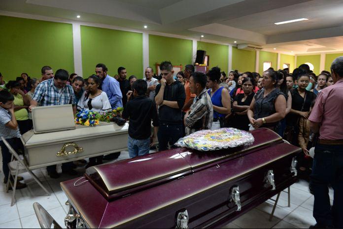Familiares de simpatizantes de CxL muertos exigen a la Policía investigar a los culpables. LA PRENSA/ CARLOS VALLE