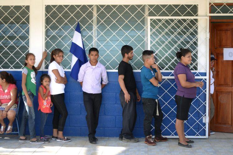 Ciudadanos haciendo filas en el Caribe Norte para votar en las elecciones municipales 2017. LA PRENSA/ Manuel Esquivel
