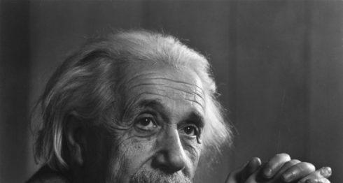 Albert Einstein físico de origen judío alemán que hizo grandes descubrimientos.