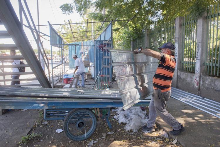 Este fin de semana empezó la reubicación de puestos en la zona de la UCA. Foto La Prensa / U. Molina.
