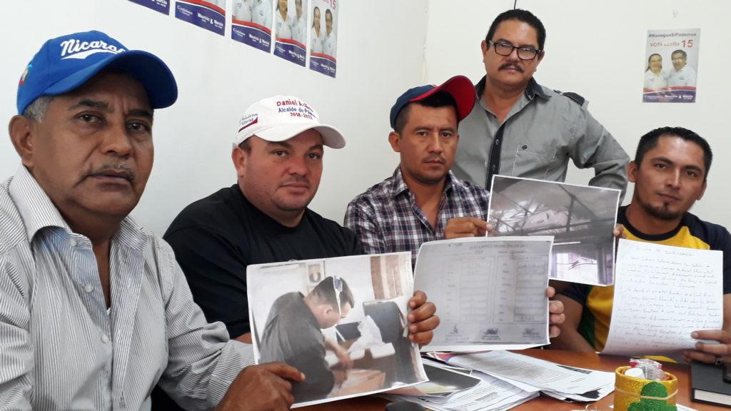 José Daniel Avilés González (gorra azul), candidato a alcalde de CxL en Bocana de Paiwas.