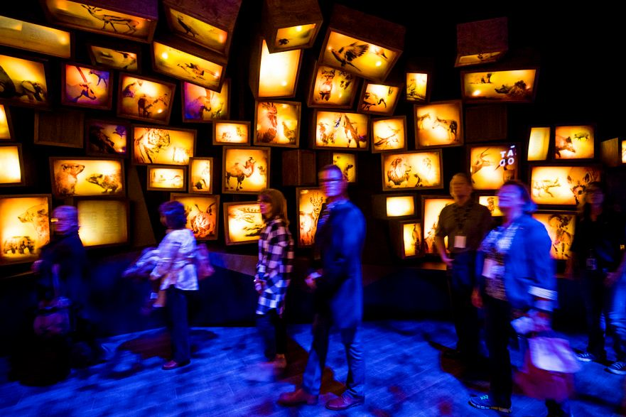 Los visitantes caminan a través de una exhibición multimedia titulada 'La Biblia Hebrea', en el Museo de la Biblia, en Washington (EE.UU.).