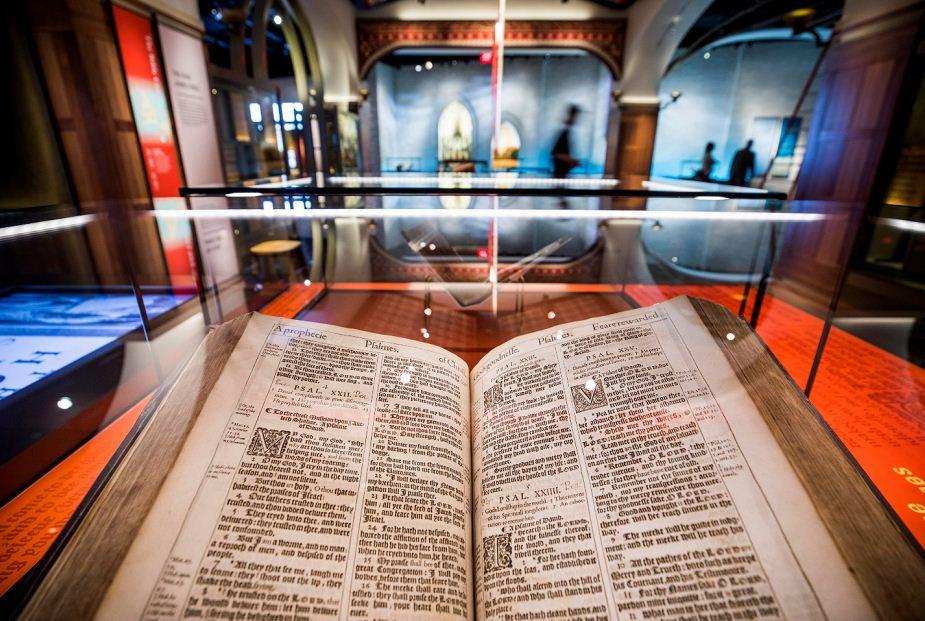 Una Biblia del Rey James del año 1617 en exhibición en el recién construido Museo de la Biblia, en Washington (EE.UU.) LA PRENSA/EFE/JIM LO SCALZO