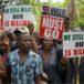 Una multitud se concentra ante el Parlamento de Zimbabue para pedir la salida de Mugabe