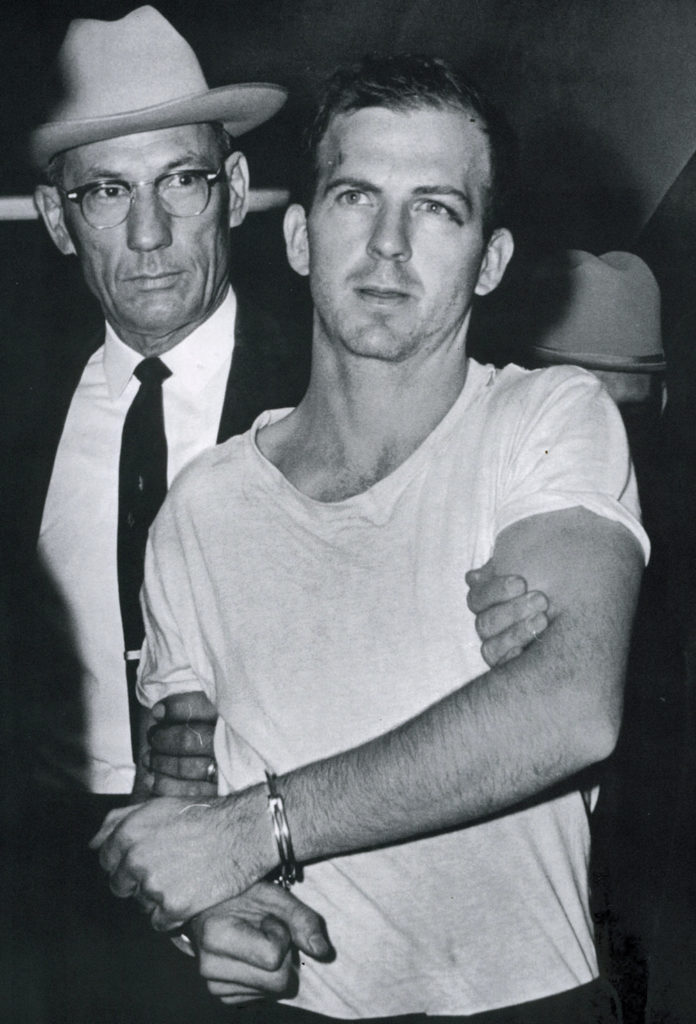 Lee Harvey Oswald, el asesino de John F. Kennedy, capturado por la policía de Dallas. LA PRENSA / CORTESÍA: The Dallas Morning News