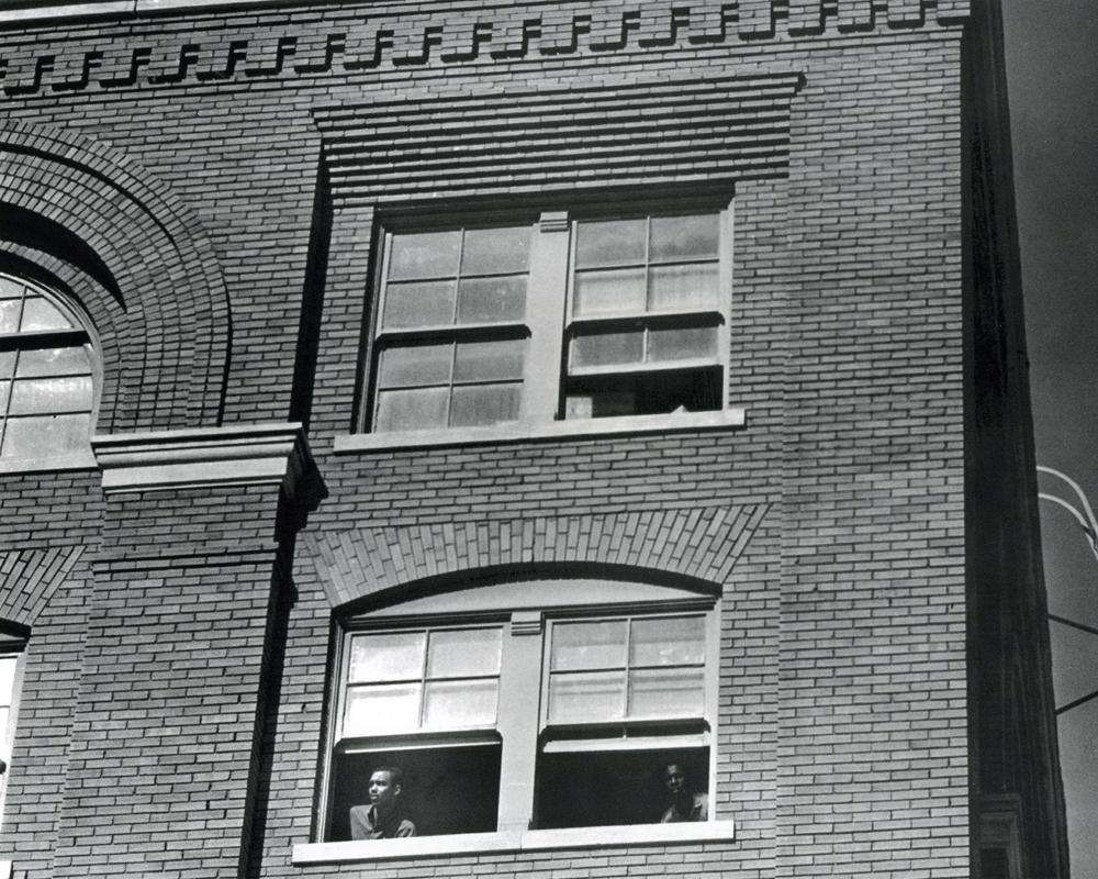 La ventana desde la cual Lee Harvey Oswald disparó a Kennedy, segundos después del ataque. Cortesía: The Dallas Morning News.Cortesía: The Dallas Morning News