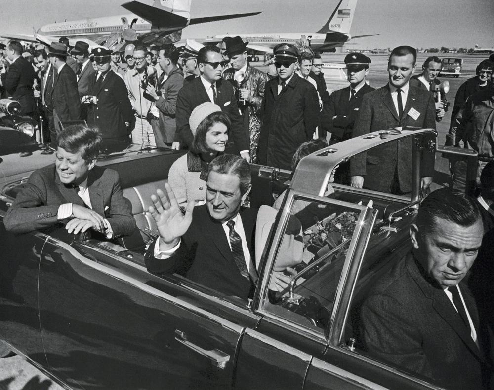 La limusina presidencial iba sin techo porque era un día soleado. CORTESÍA: The Dallas Morning News