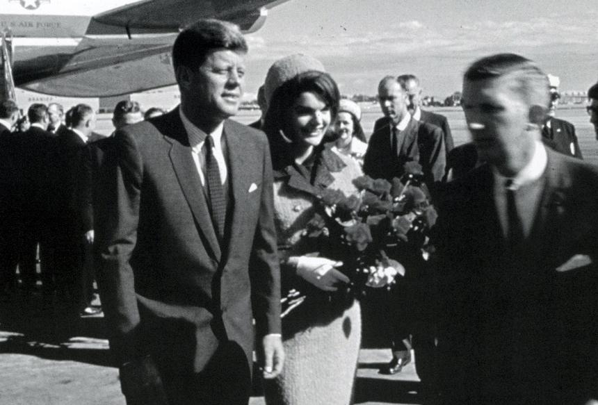 John F. Kennedy y Jackie Kennedy a punto de subirse a la limusina presidencial en el aeropuerto de Dallas Love Field, poco antes del asesinato. LA PRENSA / CORTESÍA: The Dallas Morning News
