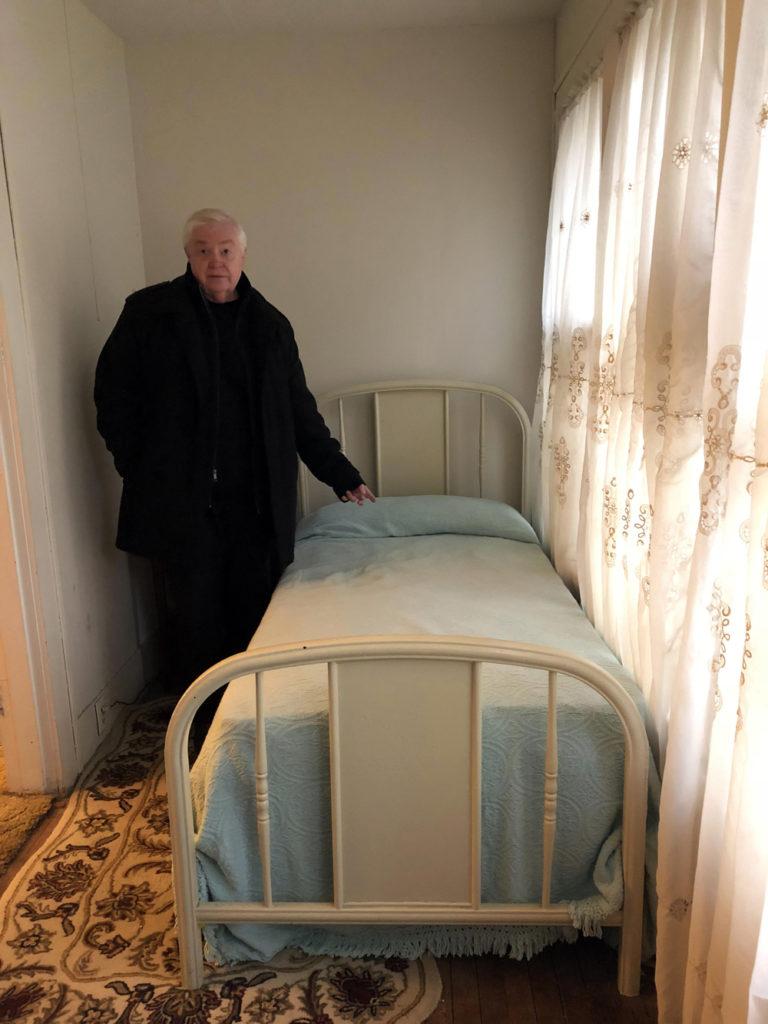 La cama donde dormía Lee Harvey Oswald y donde dejó el protector de su revolver después de matar a Kennedy. El periodista Michael Granberry, del Dallas Morning News, muestra . LA PRENSA / Fabrice Le Lous
