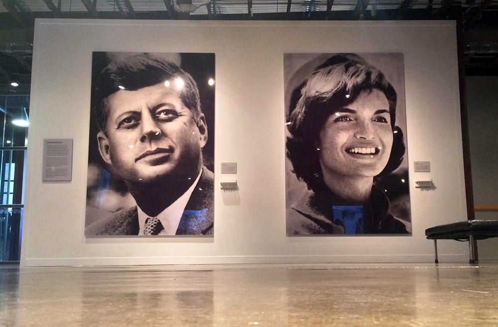 El retrato de John F. Kennedy y el de Jackie Kennedy Onassis en el Museo del Sexto Piso en Dealey Plaza, Dallas. LA PRENSA / Fabrice Le Lous